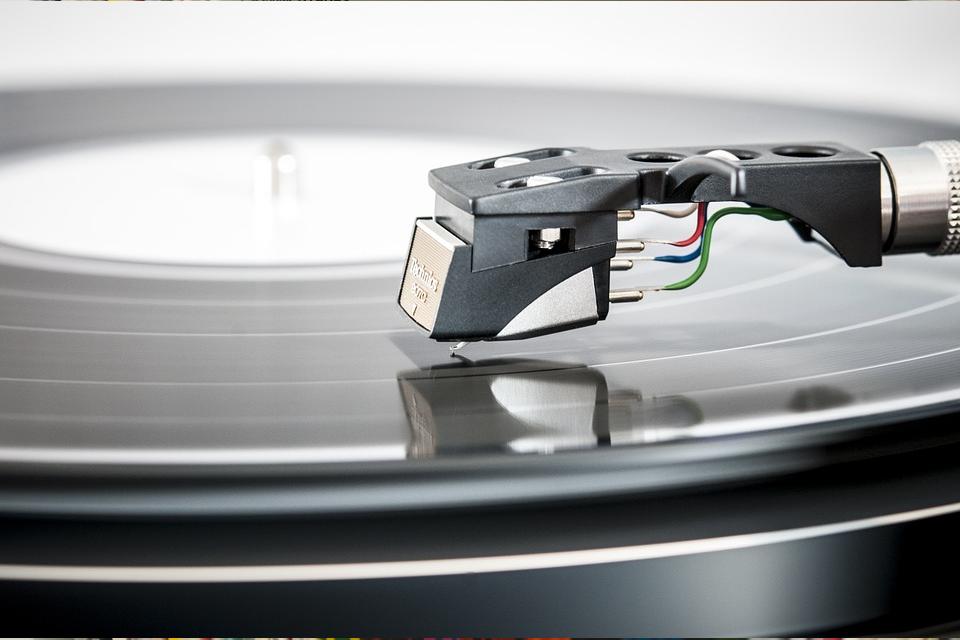 Und so steigen seit 2010 auch die internationalen Absatzzahlen für Schallplatten wieder an. Laut BVMI (Bundesverband für Musikindustrie) ist Vinyl somit das einzige physische Medium, dessen Zahlen nicht rückläufig sind.