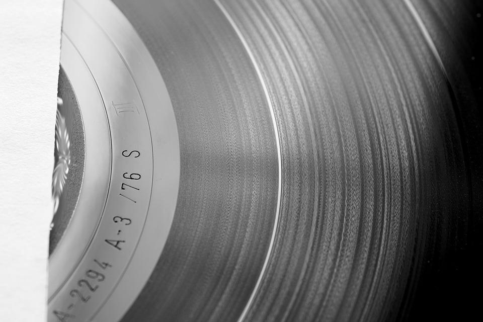 Schallplatten können sowohl im Mono- als auch im Stereo Ton aufgenommen werden. Bei einer Mono Aufnahme werden die Töne in den Rillen lediglich auf der horizontalen Ebene eingeritzt. Beim Stereo Verfahren wird der Ton zusätzlich durch unterschiedliche Tiefen der Rillen erfasst.