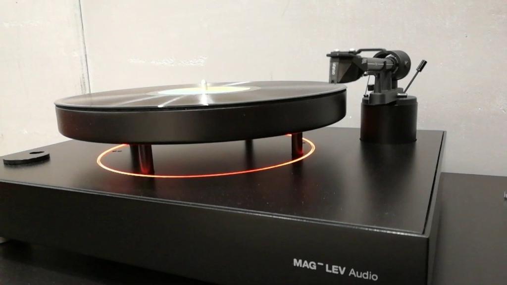 Den Entwicklern des MAG-LEV Audio ML1 ist es gelungen, dass der Teller konstant taumelfrei über dem restlichen Gehäuse seine rotierende Position hält. Wer den MAG-LEV Audio ML1 zum ersten Mal zu Gesicht bekommt, der ist in aller Regel erst einmal verblüfft und erfreut sich über diesen ungewöhnlichen Anblick.