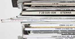 Schallplatten klingen wirklich besser als CDs und erst recht besser als Online-Streams oder Musik von USB-Sticks. Klangpuristen jedenfalls schwören darauf. Schallplatten eignen sich aufgrund ihrer schieren Größe als hervorragende Basis für ihre optische Aufwertung. Ihre Cover sind teilweise wahre Kunstwerke für sich.